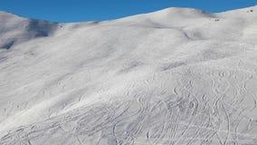 与新鲜的曲线的滑雪倾斜 影视素材