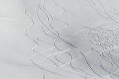 与新鲜的曲线的滑雪倾斜 库存照片
