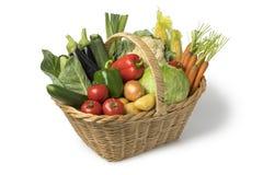 与新鲜的有机菜的篮子 免版税图库摄影