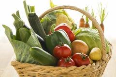 与新鲜的有机菜的篮子 免版税库存照片