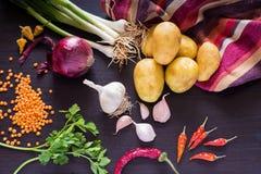 与新鲜的有机菜的食物照片在黑暗的木土气背景,顶视图 免版税库存图片