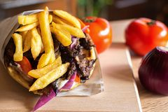 与新鲜的沙拉成份的希腊电罗经皮塔饼 库存图片