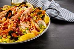 与新鲜的海螯虾的肉菜饭巴伦西亚 库存照片