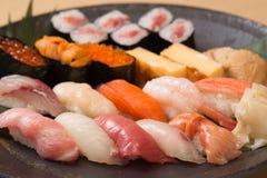 与新鲜的生鱼的地道日本寿司 图库摄影