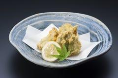 与新鲜的石灰的油煎的天麸罗菜在盛肉盘 免版税库存图片