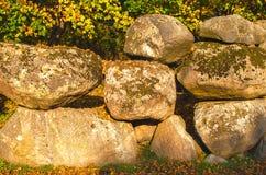 与新鲜的绿色青苔,自然纹理背景的老岩石 库存照片