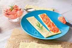 与新鲜的被切的三文鱼浆糊的薄脆饼干在板岩板,顶视图 免版税库存照片