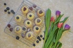 与新鲜的被烘烤的蛋糕和郁金香的平的位置食物 免版税库存图片