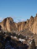 与新鲜的雪的坚固性史密斯岩石 库存图片