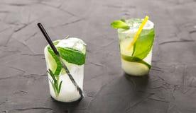 与新鲜的鸡尾酒的两块玻璃由冰制成在具体桌 库存图片