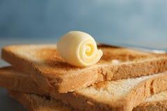 与新鲜的黄油卷毛的敬酒的面包, 免版税库存照片
