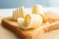 与新鲜的黄油卷毛的敬酒的面包 免版税库存照片