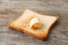 与新鲜的黄油卷毛的敬酒的面包 库存图片