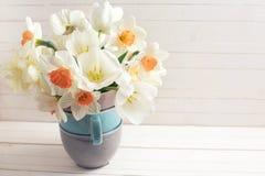 与新鲜的水仙的背景在花瓶 库存照片