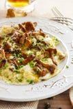 与新鲜的黄蘑菇的传统炒蛋 库存照片