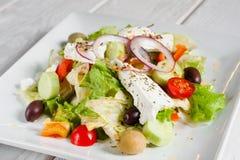 与新鲜蔬菜、希脂乳和橄榄的希腊沙拉 库存图片