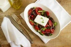 与新鲜蔬菜、希腊白软干酪和橄榄的传统希腊沙拉 库存照片