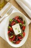 与新鲜蔬菜、希腊白软干酪和橄榄的传统希腊沙拉 免版税库存图片