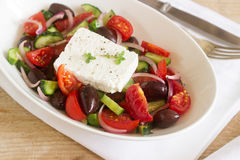 与新鲜蔬菜、希腊白软干酪和橄榄的传统希腊沙拉 免版税库存照片