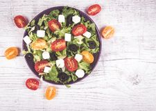 与新鲜蔬菜、希腊白软干酪和黑橄榄的希腊沙拉 免版税库存照片