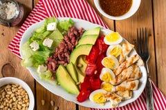与新鲜蔬菜和小鸡的美国庭院沙拉Cobb沙拉 免版税库存照片