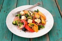 与新鲜蔬菜和希腊白软干酪的希腊沙拉在大白色 库存照片