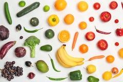 与新鲜蔬菜和果子的彩虹构成 库存照片