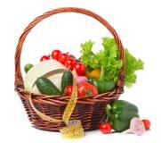 与新鲜蔬菜和测量的磁带的篮子 库存图片