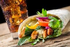 与新鲜蔬菜和鸡的Kebab在黑色后面 免版税图库摄影