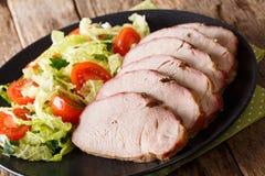 与新鲜蔬菜沙拉关闭u的鲜美烤猪肉里脊肉 图库摄影