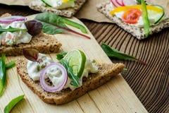 与新鲜蔬菜的健康三明治 库存图片