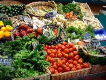 与新鲜蔬菜的市场立场 免版税库存照片