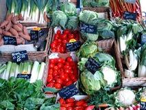 与新鲜蔬菜的市场立场 库存照片