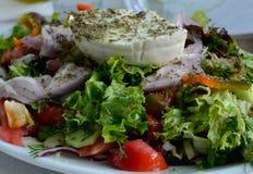 与新鲜蔬菜的希腊沙拉关闭  库存照片