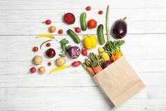 与新鲜蔬菜的平的位置构成 库存照片