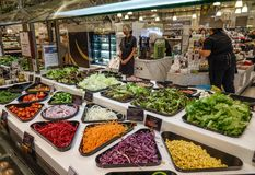 与新鲜蔬菜的沙拉柜台 免版税库存照片