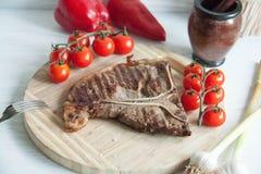 与新鲜蔬菜的烤肉牛排 免版税库存图片