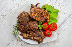 与新鲜蔬菜的烤肉肉 图库摄影