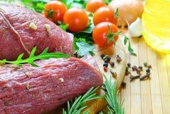 与新鲜蔬菜的用卤汁泡的牛肉 库存照片