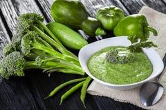 与新鲜蔬菜的硬花甘蓝奶油色汤 库存照片