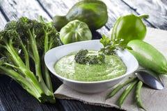 与新鲜蔬菜的硬花甘蓝奶油色汤 免版税图库摄影