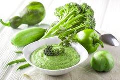 与新鲜蔬菜的硬花甘蓝奶油色汤 库存图片