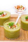 与新鲜蔬菜的绿色汤在木盘子的玻璃 免版税库存照片