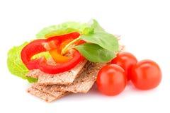 与新鲜蔬菜的薄脆饼干 免版税图库摄影