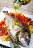 与新鲜蔬菜的被烘烤的鱼 库存图片