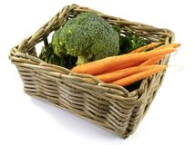 与新鲜蔬菜的被隔绝的篮子 免版税库存照片