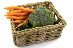 与新鲜蔬菜的被隔绝的篮子 库存照片