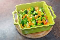 与新鲜蔬菜的陶瓷烘烤盘 有机素食膳食 健康菜吃 夏天维生素食物 库存照片