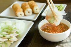 与新鲜蔬菜的食物越南烤了猪肉球服务与 图库摄影