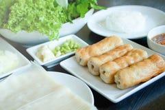 与新鲜蔬菜的食物越南烤了猪肉球 库存图片